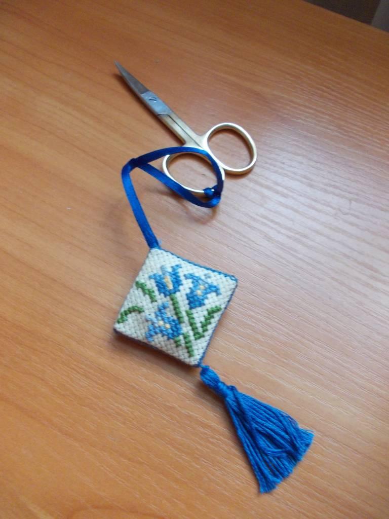 Маячок для ножниц, чехол для ножниц и бискорню.  Схема из интернета с моими добавлениями.